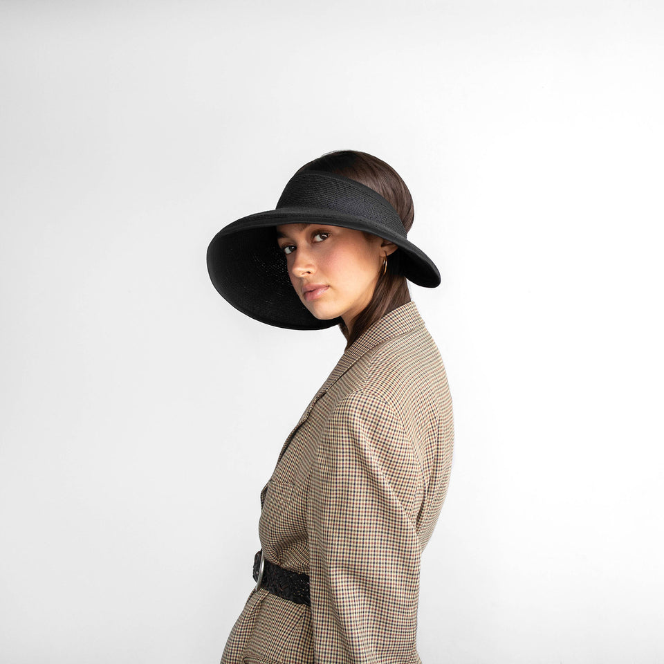 Black wide brim BRIGITTE visor, weared by the model.