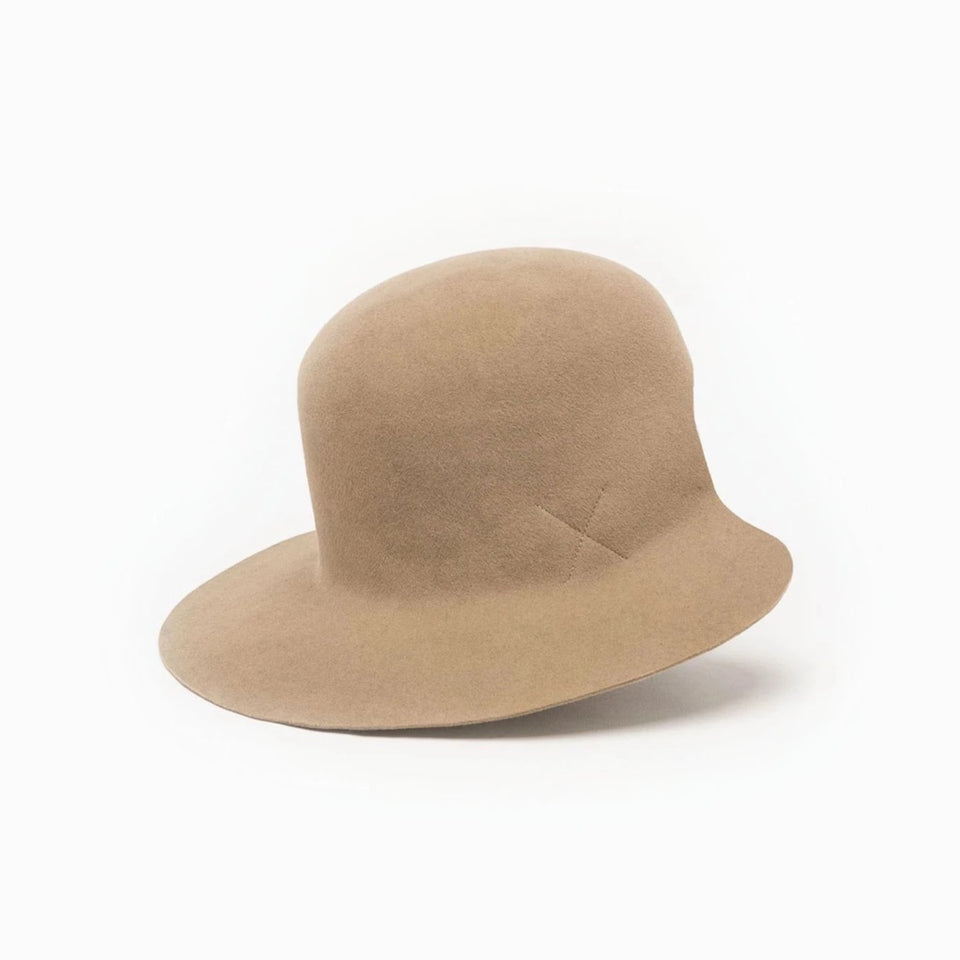 The wide brim hat Dean, from FW17 collection, is available in beige color.