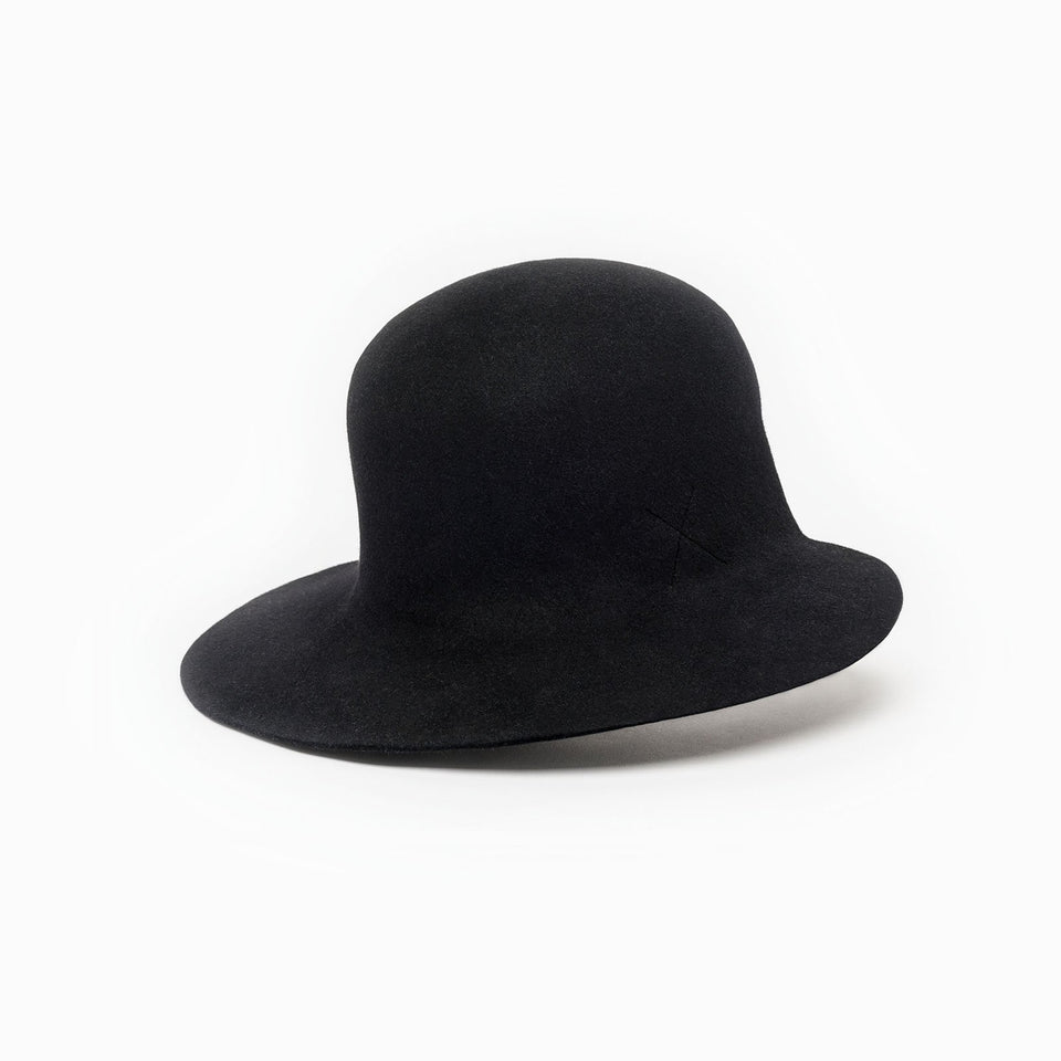 100% furfelt hat Dean in black color.