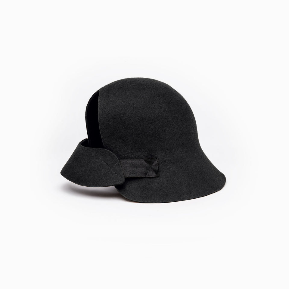 The harlem felt hat is available in black color.
