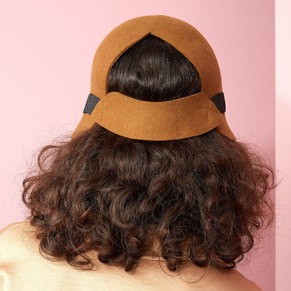 The back of the Harlem hat fits the curly hair model.