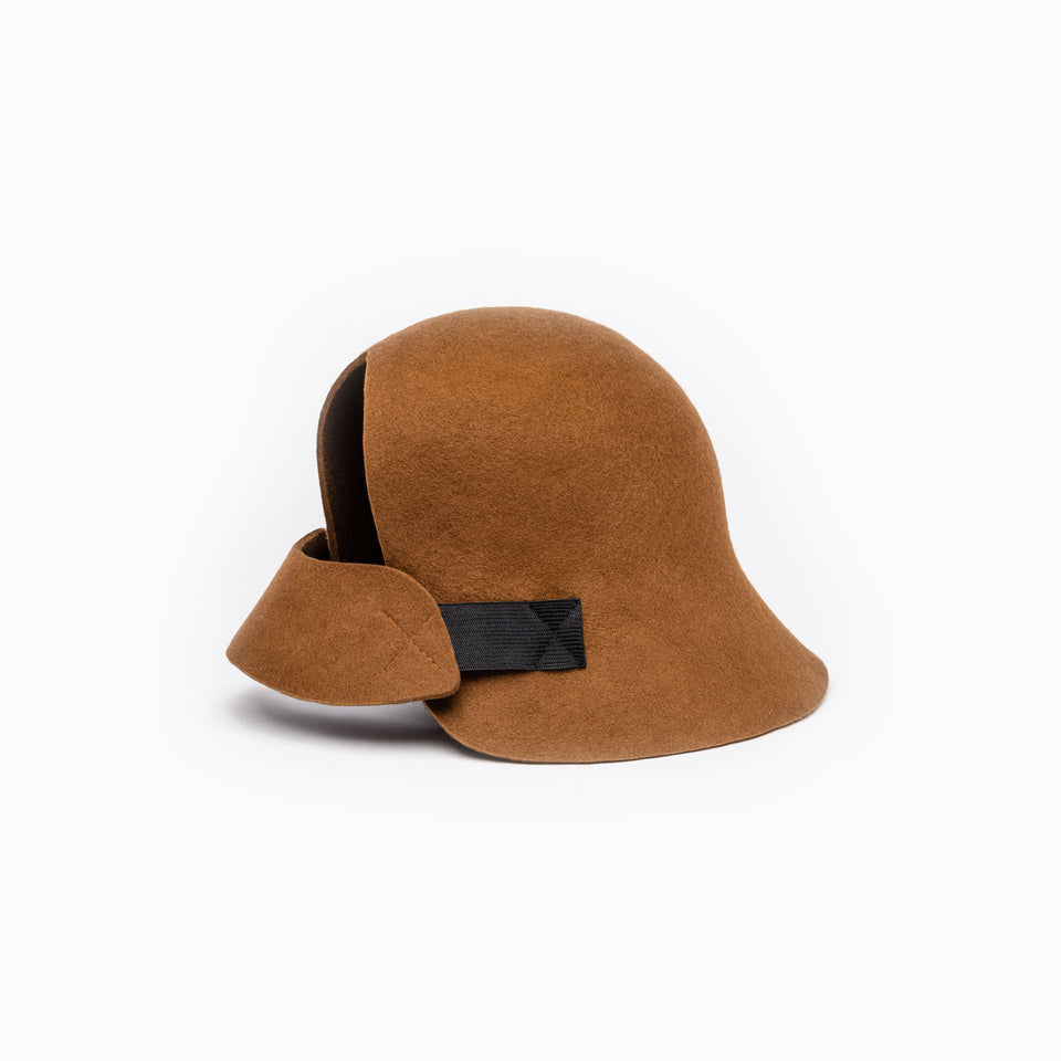 The cloche hat Harlem is available in cinnamon color.