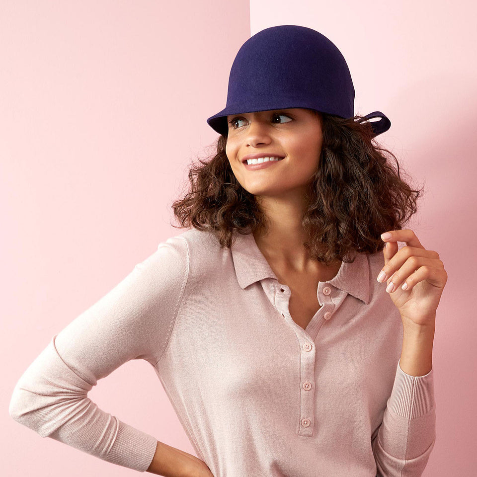 The curly hair model wears Jeanne, the felt hat from FW18 Collection.