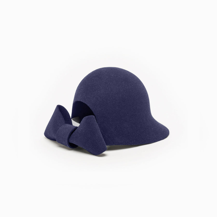 The felt riding cap Jeanne is available in Navy color.