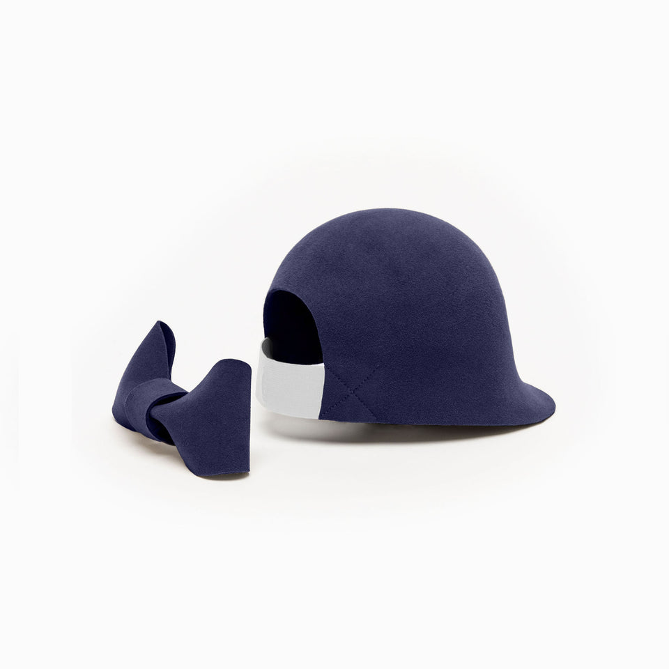 The oversized knot of the felt hat Jeanne is detachable.