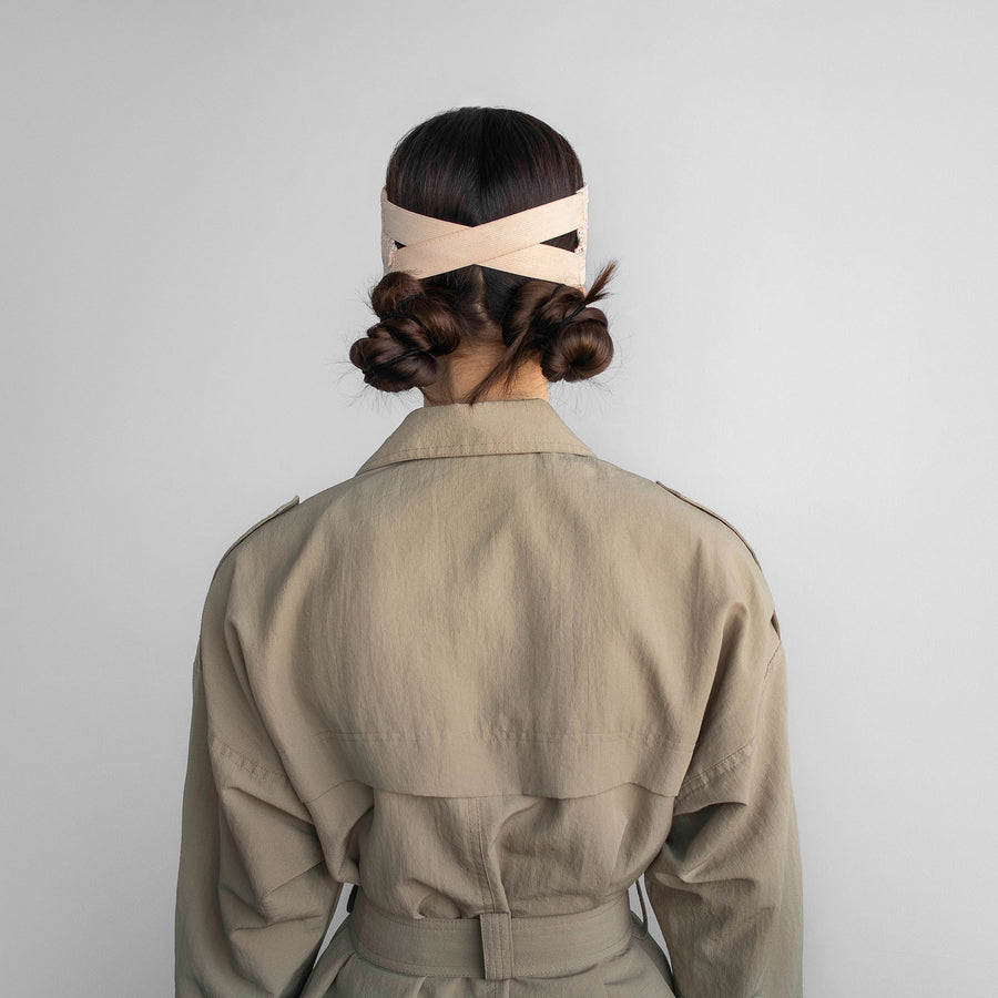 The back of the Marion visor, weared by the model, is made of elastic band.
