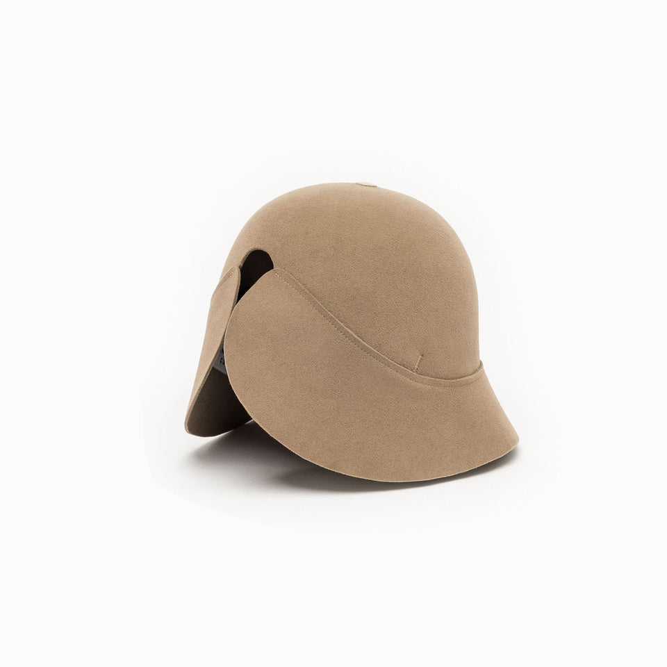 Beige felt hat BOBBY with an integrated elastic on the back for a perfect fit.
