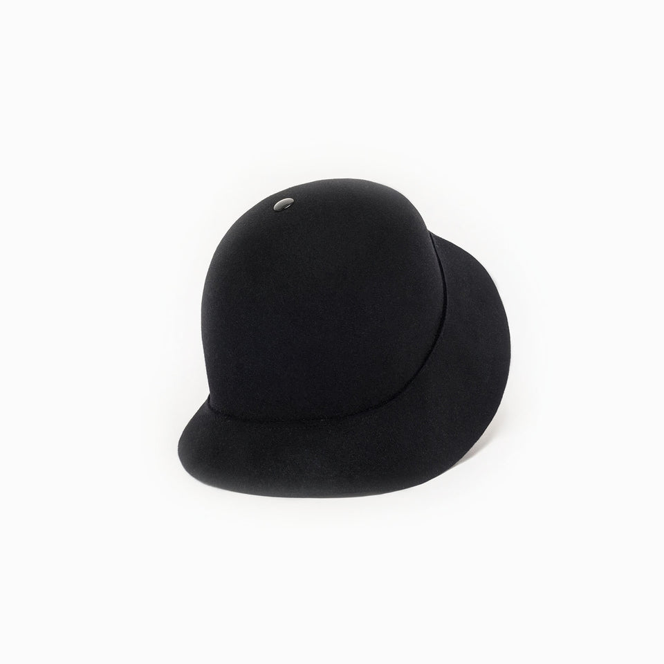 The felt cloche hat BOBBY available in black.