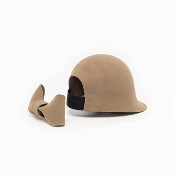 The felt riding cap Jeanne is available in beige color.
