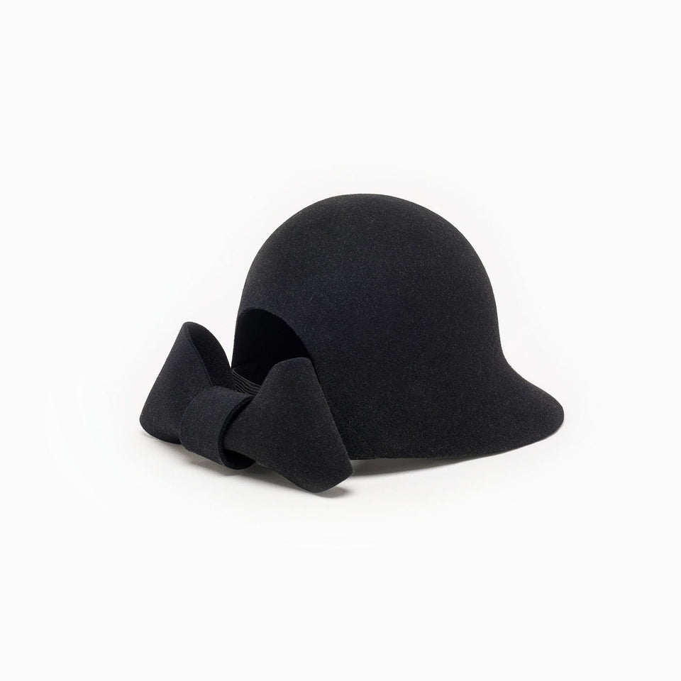 With his oversized knot, Jeanne is a felt hat available in black color.