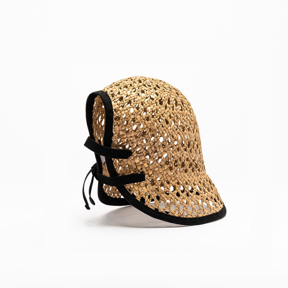 The summer hat Tsu has a black adjustable integrated elastic.
