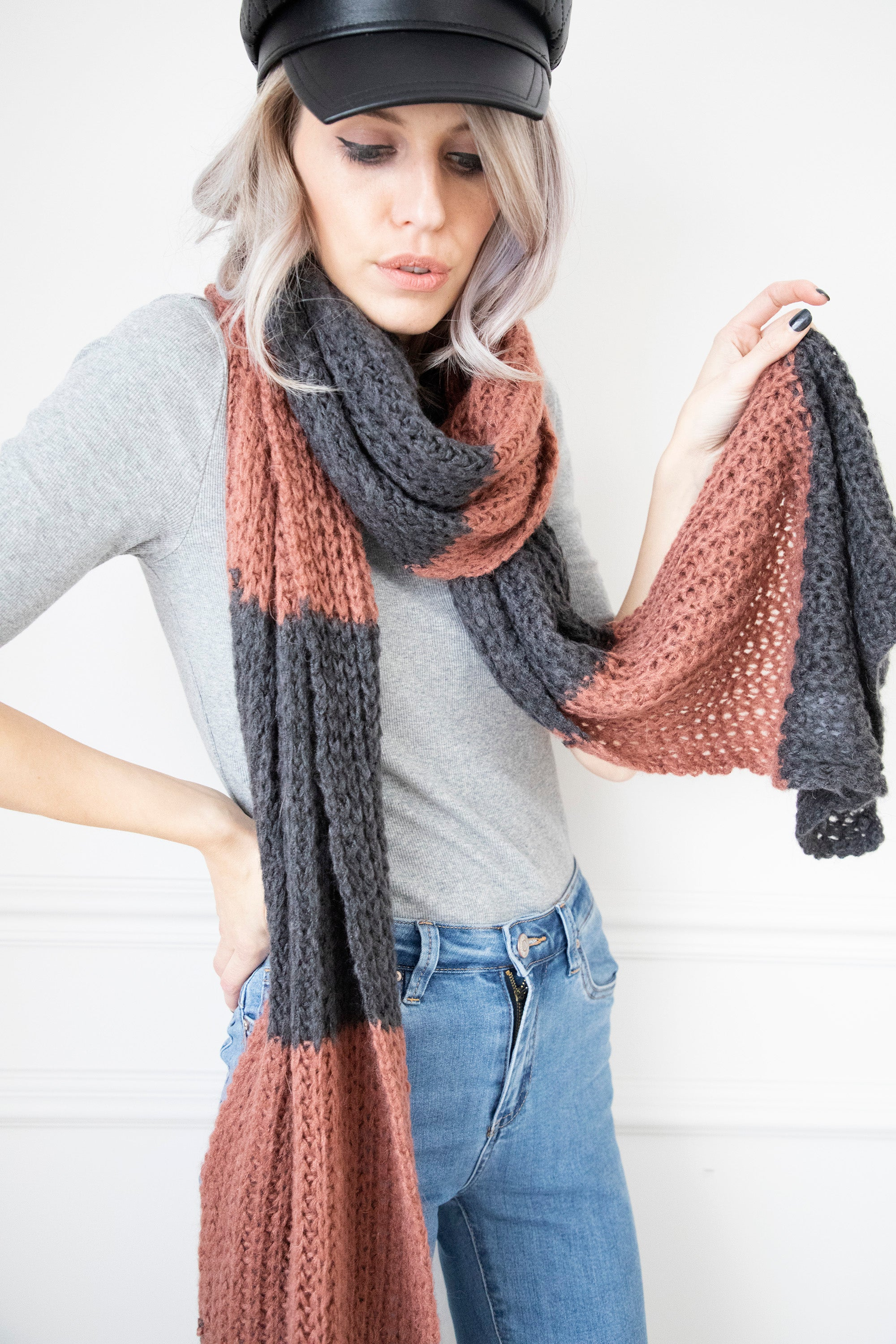 Knitted Odette Dark Grey/Indian Red - Sjaal