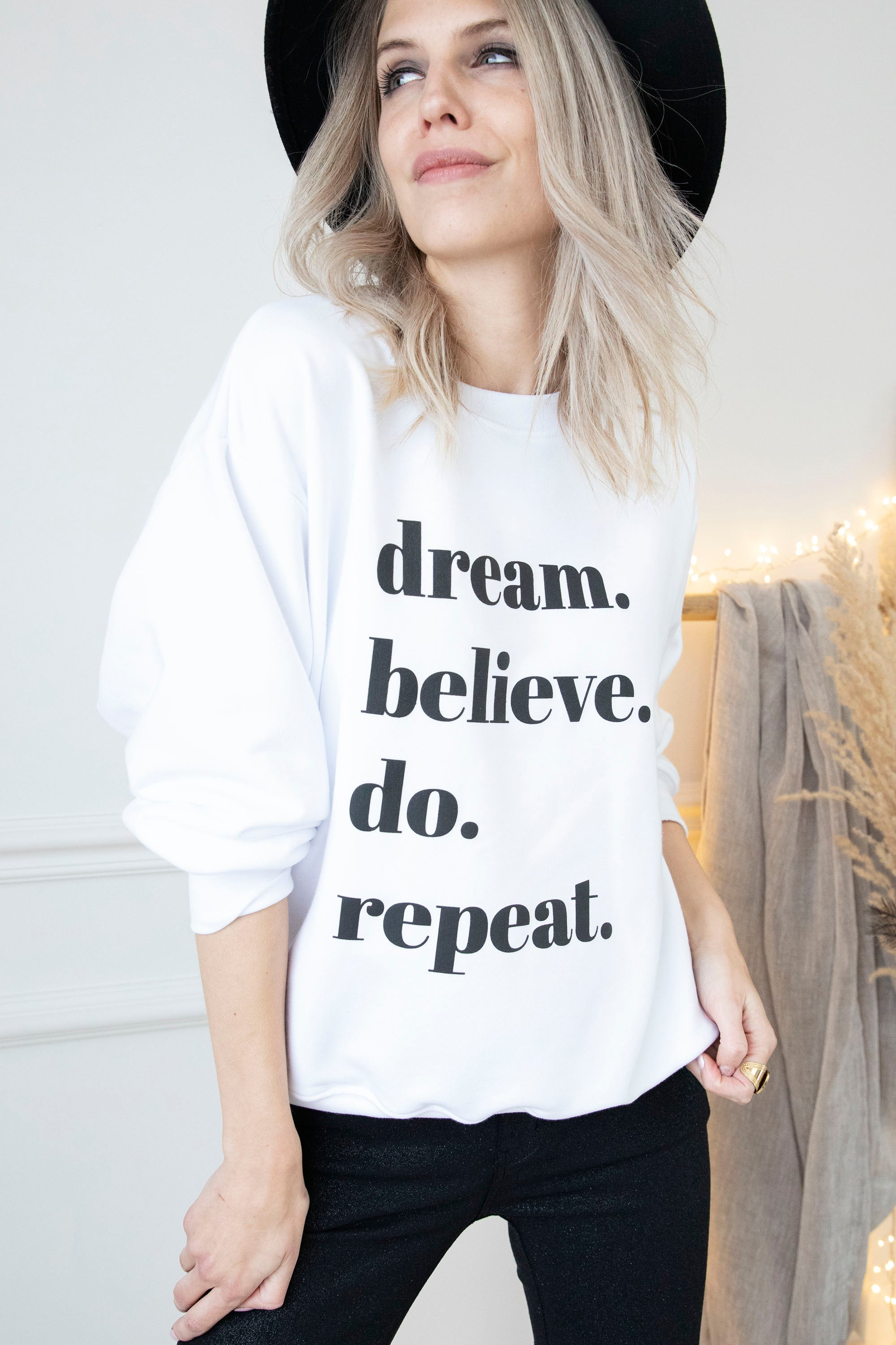 ARIA ღ Chasing Dreams in White/Black - Sweater