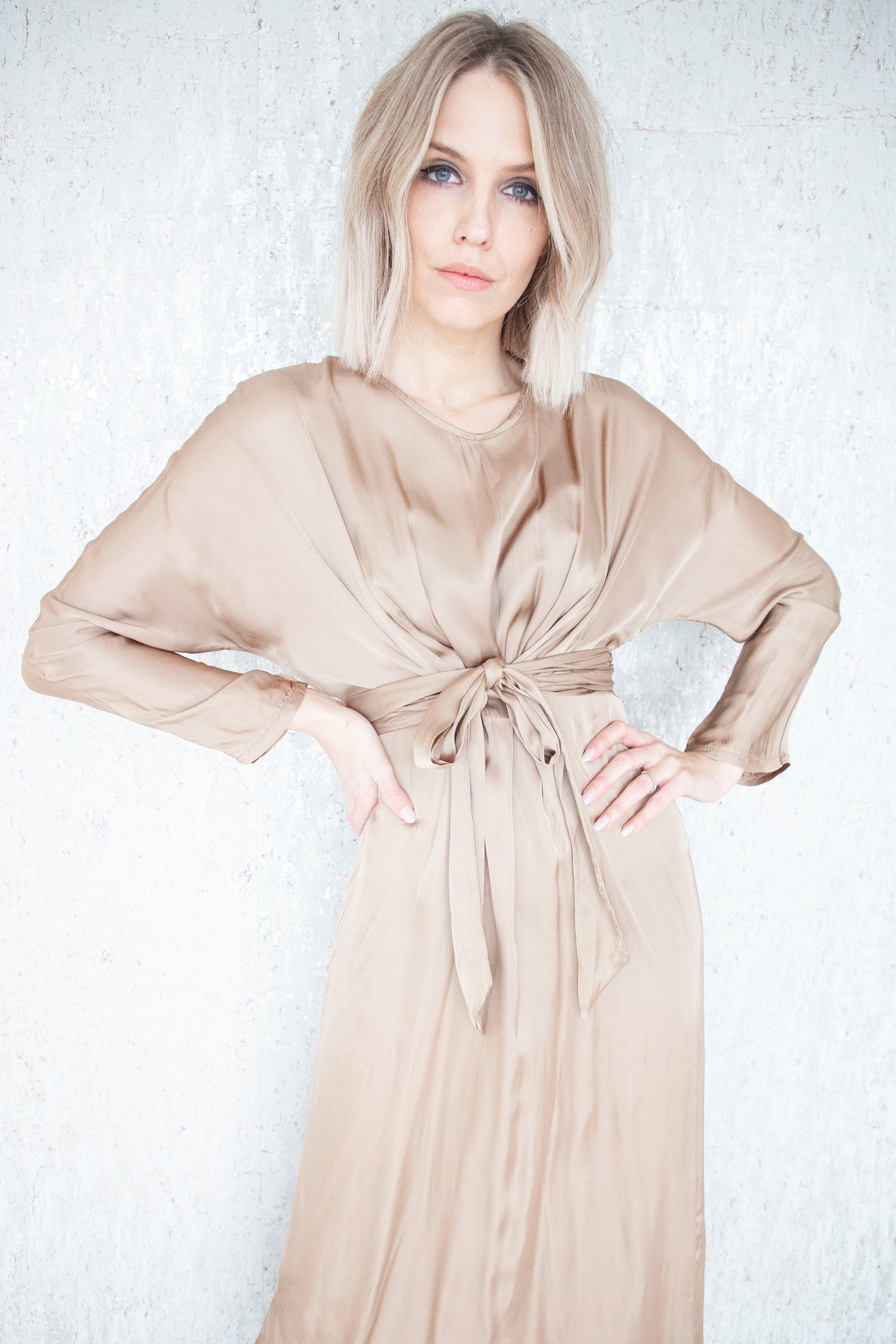 Slightly Satin Spiced Honey - Maxi Jurk