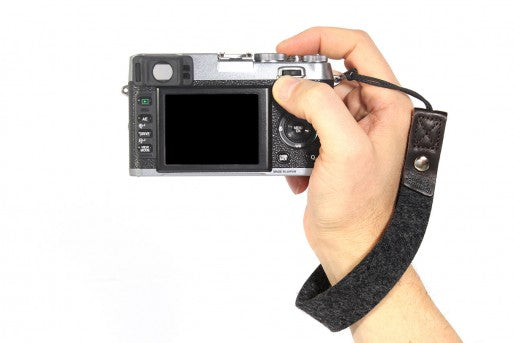 Camera hand wrist strap sort fra pack and smooch på coverme