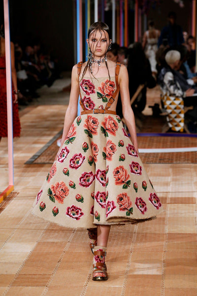 long-lasting-roses-pink-roses-in-fashion-throughout-time-alexander-mcqueen-2018
