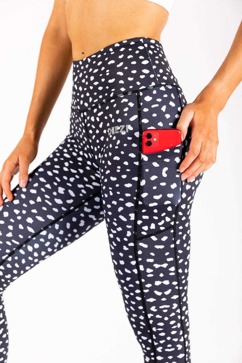 Spotty leggings with pockets holding phone
