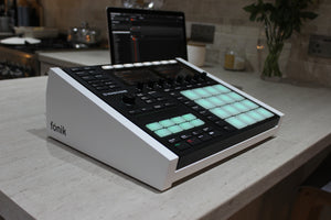 White Fonik Audio stand with Native Instruments Maschine MK3