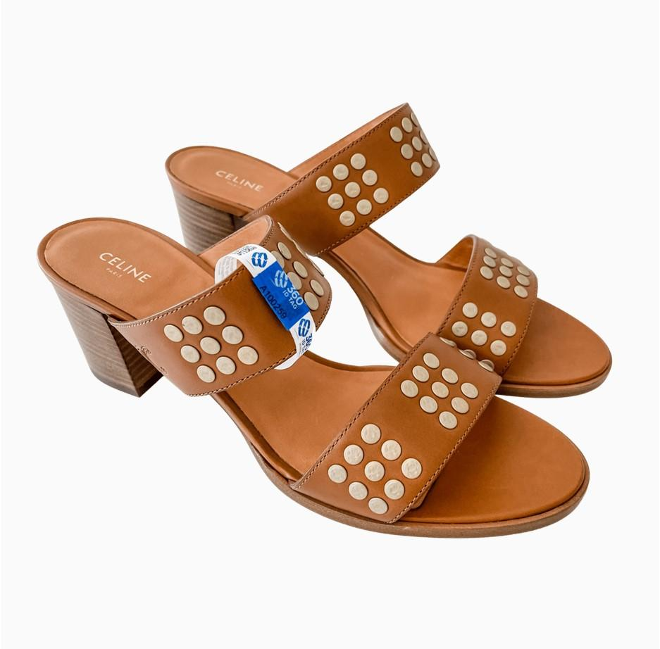 Sandals with e-commerce return tag to prevent return fraud like wardrobing, wear and return, counterfeit product switches. 360 ID Tag
