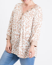 Load image into Gallery viewer, Animal print button top - Curvy Girl