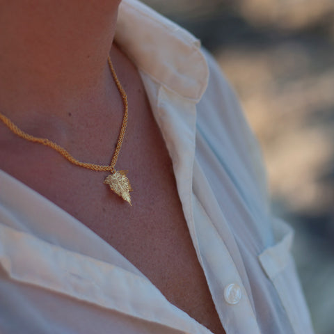 Nature Divine Leaf Necklace Mini - Gold plated steel | Yggdrasil by Sweden jewlery / smycken kort halsband löv guld