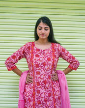 Load image into Gallery viewer, Peach Red Jaal Print Set with Cotton Dupatta