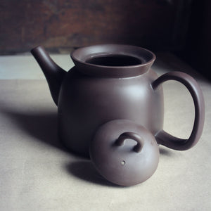 Round Yixing tea pot with lid