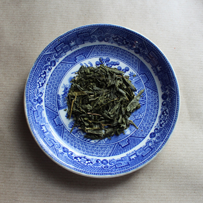 Organic china green tea on willow pattern plate