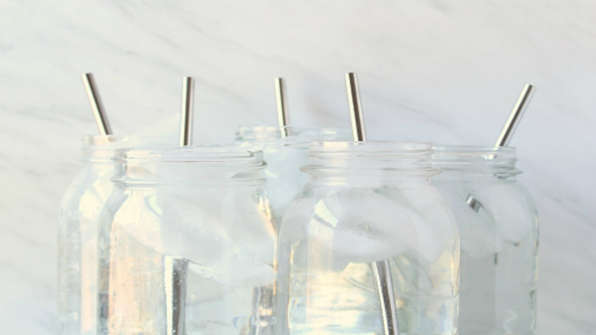 Metal Straws vs Glass Straws - Which is Better for Your Business?