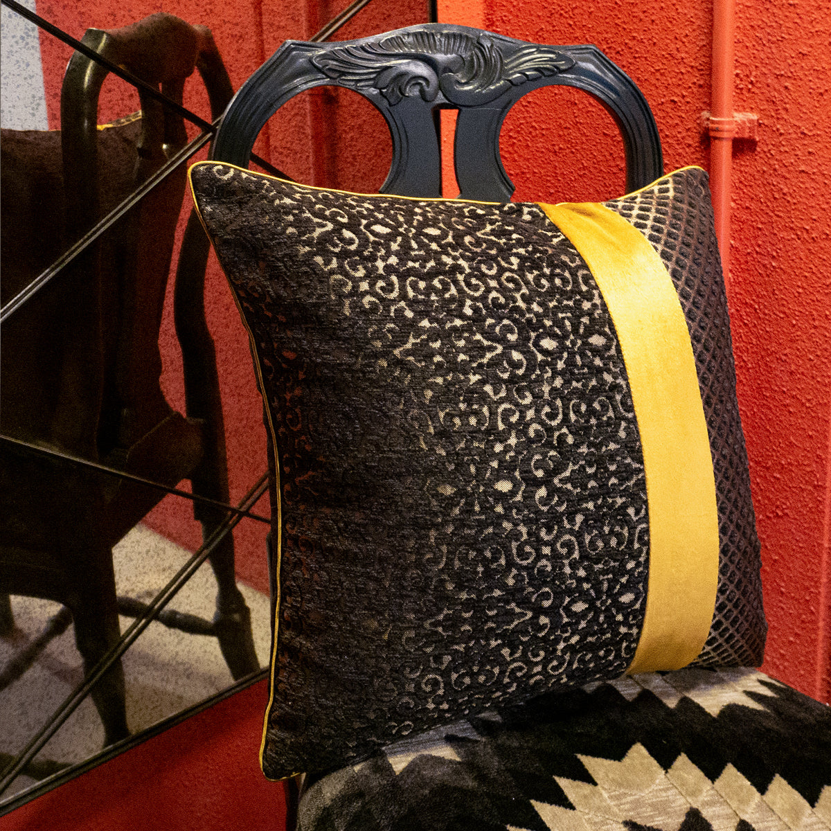 48cm角 コラージュクッション Black Arabesque & Dot with Gold Piping