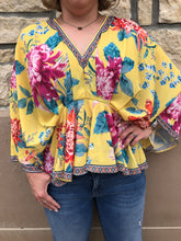 Load image into Gallery viewer, Vneck floral top. Kimino inspired