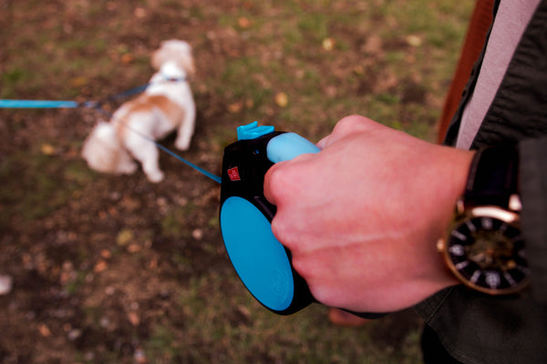close up of gel handle on retractable dual dog leash coupler