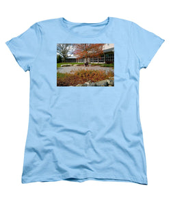 Abraham Lincoln Sitting On A Bench - Women's T-Shirt (Standard Fit)
