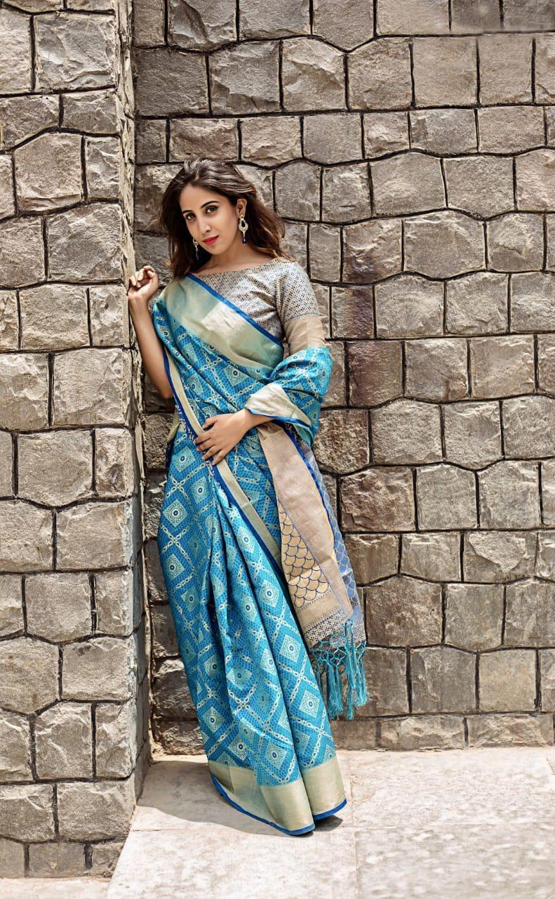 Awsome Firozi Silk Weaving Patola with Zari border and Rich Pallu With Contrast Blouse