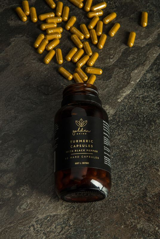 Turmeric-Curcumin-and-Black-Pepper-Capsules-lifestyle