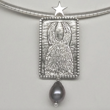 Load image into Gallery viewer,  ALSA National Show Champion Charms Pendant - National Llama Champion - Sterling Silver with Raven Freshwater Pearl dangle accent