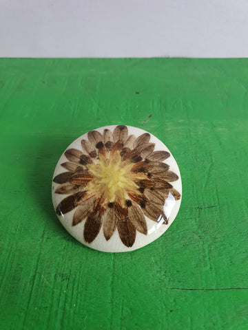 VINTAGE CERAMIC CIRCULAR FLOWER BROOCH