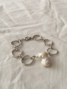 Handmade chain bracelet with silver-plated zinc and freshwater baroque pearl