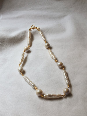 Handmade collar necklace with freshwater pearls in different shapes and gold-plated brass