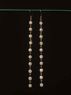 Handmade earrings in moonstone and gold-plated brass. Boucles d'oreilles faites main pierre de lune et laiton plaqué or