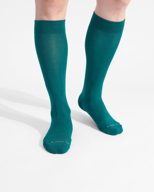 mens knee high sock in evergreen on feet
