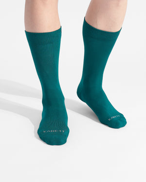 mens crew sock in evergreen on feet