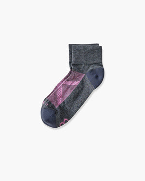 womens quarter sock in heather grey with pink laid flat