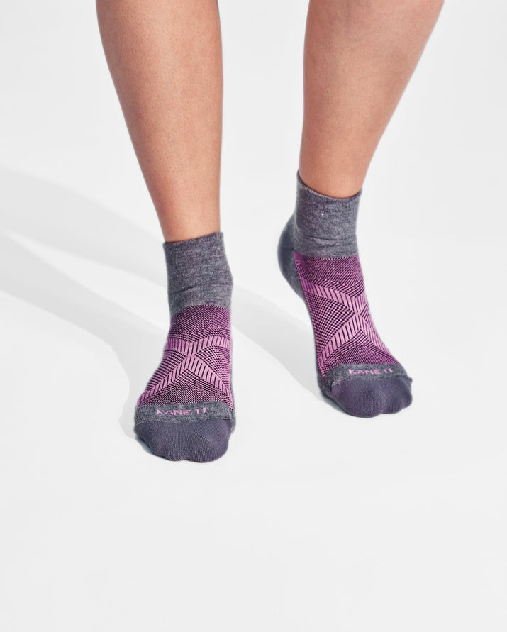 womens quarter sock in heather grey with pink on feet