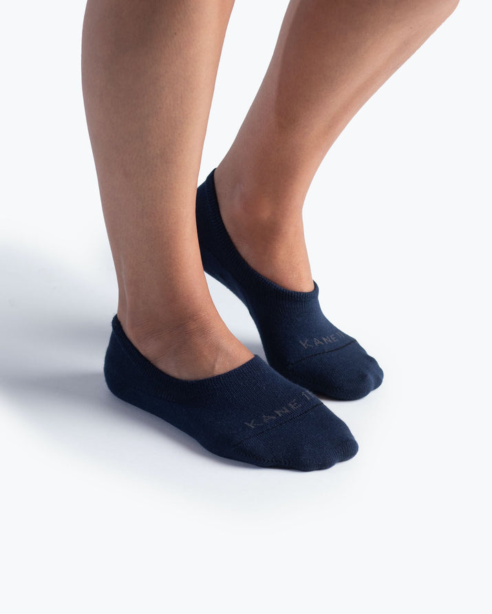 womens no-shows sock in navy on feet