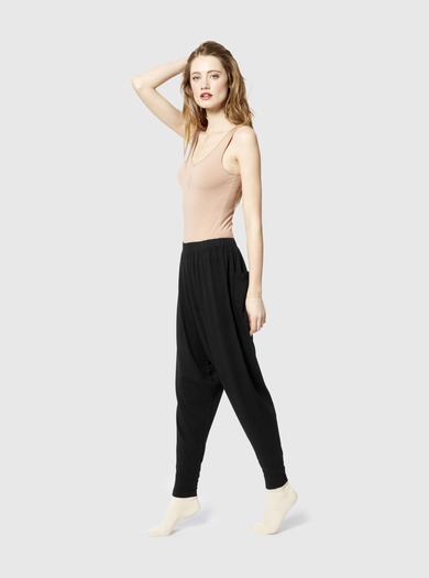 Miakoda Slouchy Pant, black on model side view
