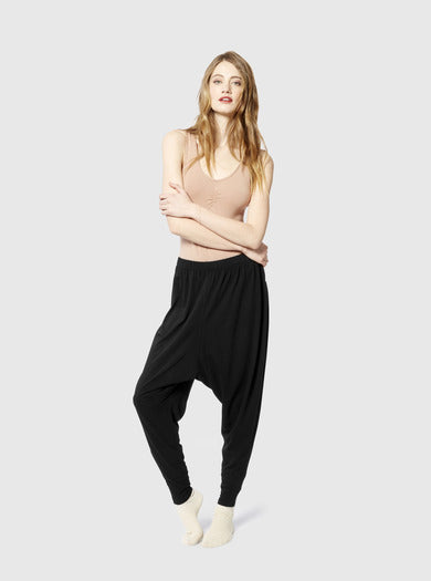 Miakoda Slouchy Pant, black on model