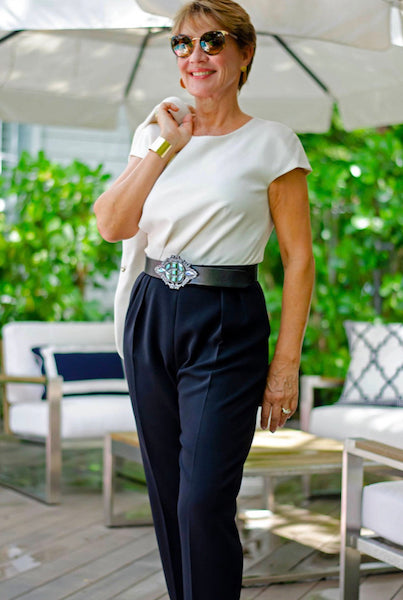 Professional Woman Wearing the Contorno Paloma Belt