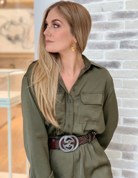 Business Casual Woman Wearing the Contorno Snake Como Belt