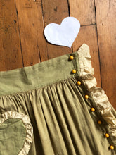 Load image into Gallery viewer, vintage 1930s novelty bakelite heart skirt